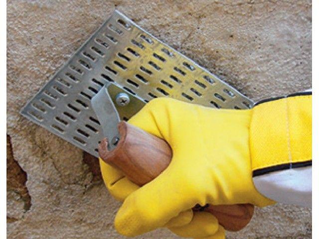 Também pode ser utilizada uma desempenadeira específica para raspagem do revestimento contaminado. Dependendo da gravidade do problema, pode ser necessário chegar até a alvenaria.